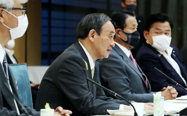 気候変動対策推進のための有識者会議であいさつする菅首相(5日、首相官邸)