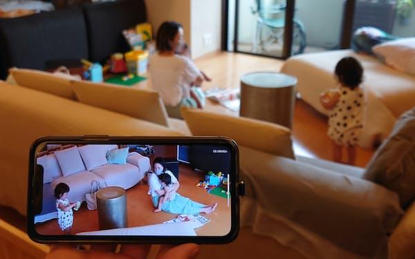 部屋の隅につけた見守りカメラで、ベビーシッター利用時など室内の様子を確認できる(神奈川県逗子市)