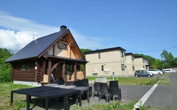 ルピシアは本社周辺に社員寮や来客用のログハウスを整備した(6月、北海道ニセコ町)