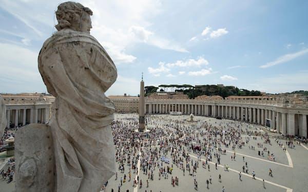 4日、バチカンのサンピエトロ広場に集まった人々=ロイター
