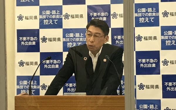 記者会見する、福岡県の服部知事(6日、県庁)