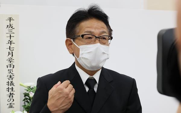 6日午前、広島市安芸区で行われた追悼式後に思いを語る晋川尚人さんの父、芳宏さん。