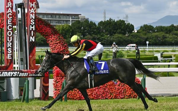 宝塚記念で圧勝したクロノジェネシスは凱旋門賞に挑戦する=共同