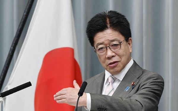 記者会見で質問に答える加藤官房長官(6日午前、首相官邸)=共同