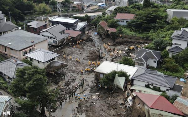 大規模土石流の被災現場で捜索する警察官や自衛隊員ら(6日、静岡県熱海市)=共同