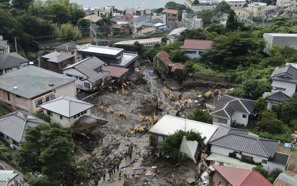 大規模土石流の被災現場で捜索する警察官や自衛隊員ら(6日午前7時33分、静岡県熱海市伊豆山、小型無人機から)=共同