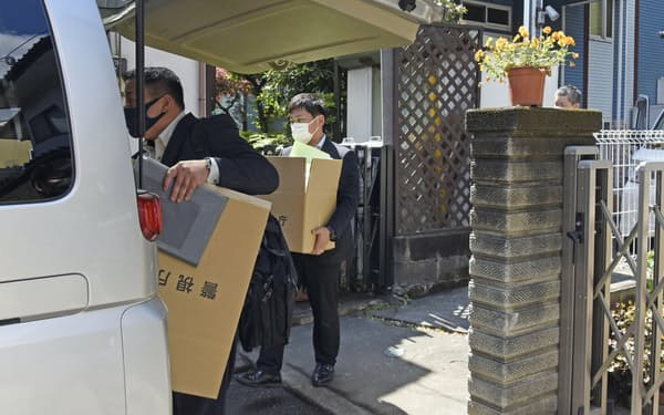 則武地所では法令違反や行政処分などの不祥事が相次いでいた(5月、家宅捜索を受けた社長宅)=共同