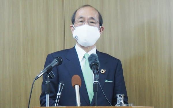 記者会見する京都市の門川大作市長(6日、京都市)