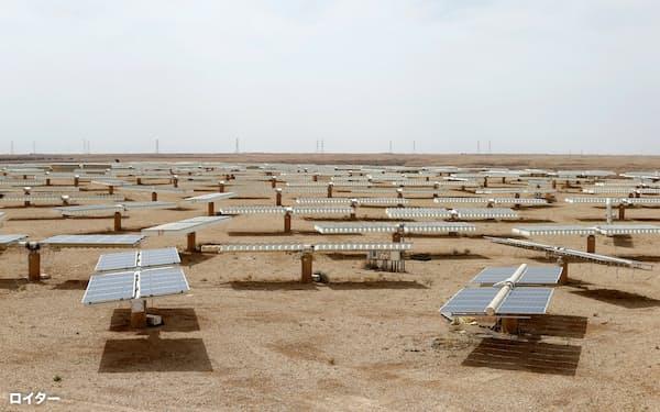 サウジ首都リヤド郊外に設置された太陽光発電パネル=ロイター