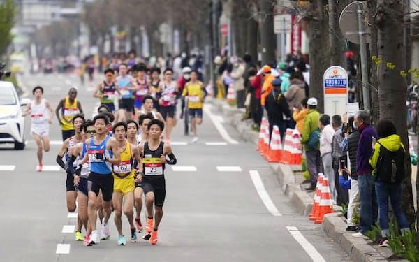 東京五輪のテスト大会となる「札幌チャレンジハーフマラソン」には多くの観客が沿道に集まった=5月5日午前、札幌市