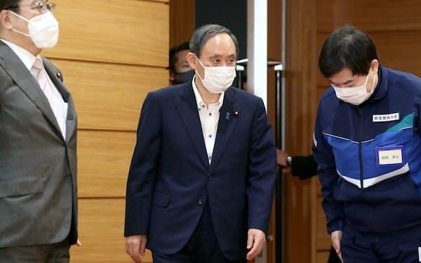 閣議に臨む菅首相(6日午前、首相官邸)