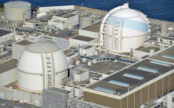 佐賀県玄海町の九州電力玄海原発3号機(右)と4号機=共同