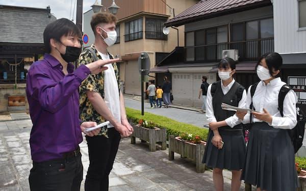 曳地菜々美さん(右)ら福島南高校の生徒は外国人へのガイド研修を重ねてきた(6月、福島市)