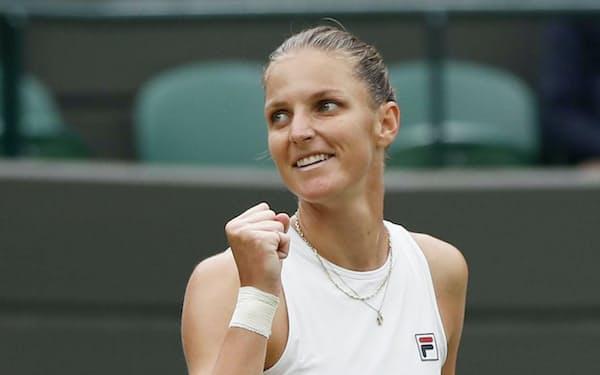 女子シングルス準々決勝に勝利し、ガッツポーズのカロリナ・プリスコバ(6日、ウィンブルドン)=ロイター