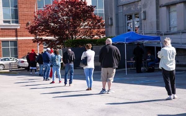 職業安定所前で列を作る人々(4月、米ケンタッキー州)=ロイター