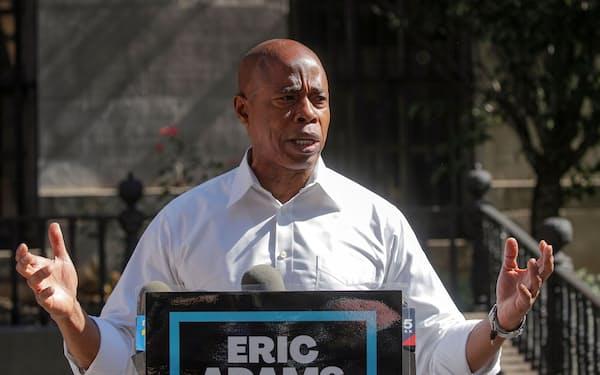 ニューヨーク市長選民主党予備選で勝利が確実となったアダムス氏=ロイター