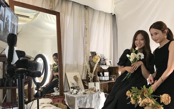 刹那館の客は15分間の撮影時間に平均200カットの写真を撮影する(東京都新宿区)