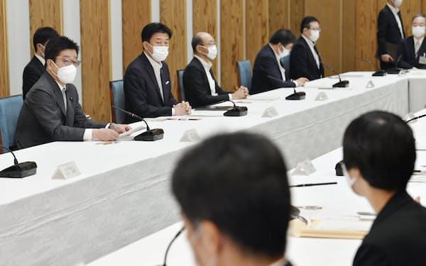 首相官邸で開かれた、こども庁創設に向けた作業部会の初会合。左端は加藤官房長官(7日午前=共同)