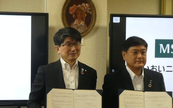 あいおいニッセイ同和損害保険と包括連携協定を結んだ長崎市の田上市長(左、長崎市役所で)