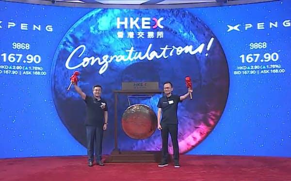 中国新興EVの小鵬汽車は7日、香港取引所に重複上場した(記念式典の中継動画より)