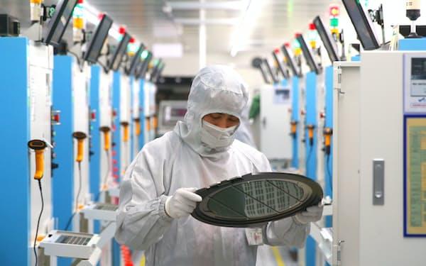 台湾からの中国向け輸出の好調は、先端の半導体に支えられている=AP