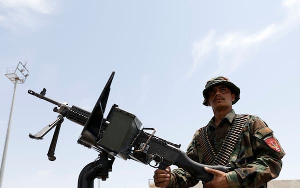 米軍撤退後、空軍基地内で監視活動を続けるアフガン兵=ロイター