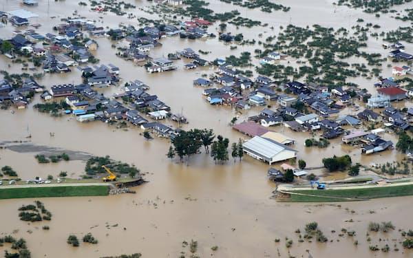 2019年の台風19号で堤防が決壊した千曲川と、広範囲に冠水した市街地(長野県)