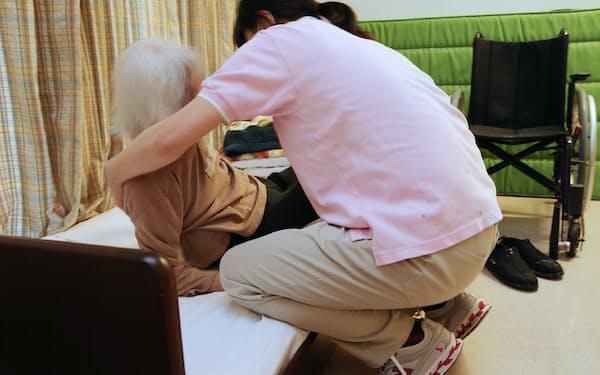 施設で認知症の入居者の世話をする職員