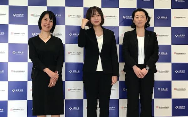 阪大で博士号の取得を目指す若手研究者(中央、7日、京都市)