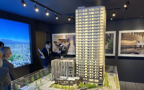 モデルルームには最上階からの展望を再現した画像や模型を設置している(6日、前橋市)
