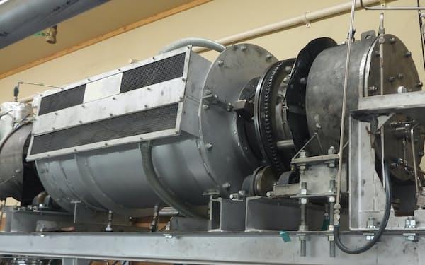 メタンガスと鉄系の触媒を炉で反応させて水素を製造する