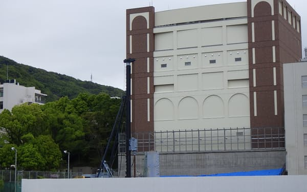 BSL4施設は窓が少なく、周囲にフェンスも設置した=長崎大学提供