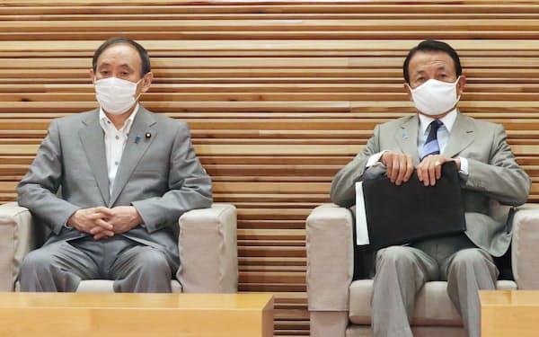 臨時閣議に臨む菅首相と麻生財務相㊨(7日、首相官邸)