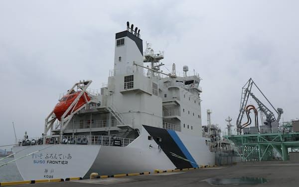 国内初の液化水素運搬船「すいそふろんてぃあ」。オーストラリアから運ぶ計画だ(神戸市)