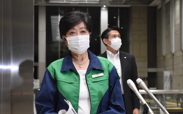 記者団の取材に応じる小池知事(7日夜、東京都庁)