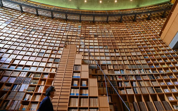 約2万冊の蔵書が収められた、司馬遼太郎記念館の大書架(大阪府東大阪市)=大岡敦撮影