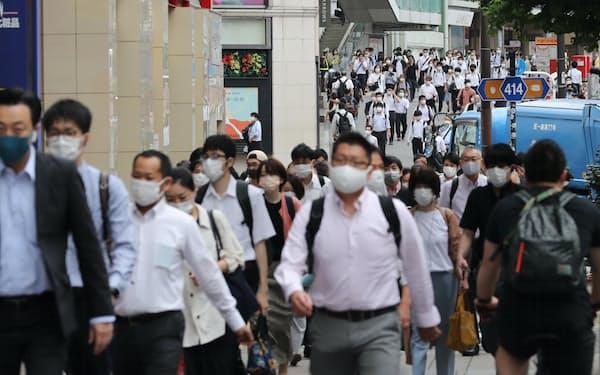 職場などへ向かう人たち(8日午前、東京都新宿区)