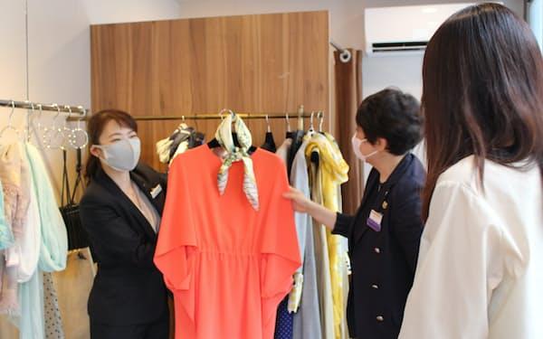 移動店舗の中で接客する三越伊勢丹の担当者(5日、東京都渋谷区)