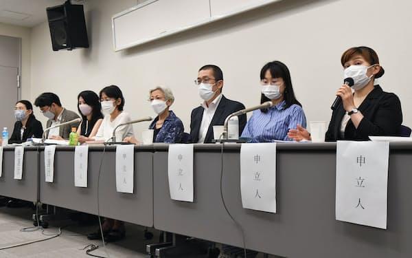 最高裁大法廷の判断を受け、記者会見する申立人と弁護団(23日、東京都千代田区)