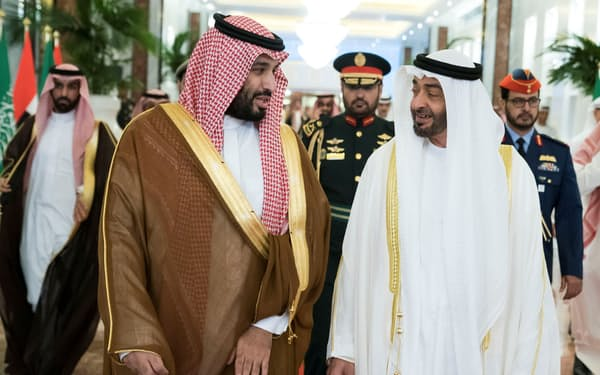 サウジのムハンマド皇太子(左)は、アラブ首長国連邦(UAE)のムハンマド皇太子を兄のようにしたってきた(2019年11月、UAEのアブダビ)=ロイター