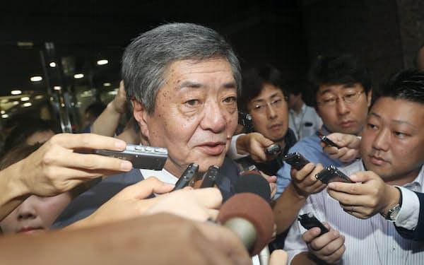 記者に囲まれる竹下元総務会長(2018年8月、東京都千代田区)