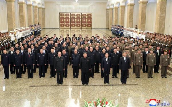 平壌の錦繍山太陽宮殿を訪れた金正恩氏。最前列に李炳哲氏の姿はなかった(8日)=朝鮮通信