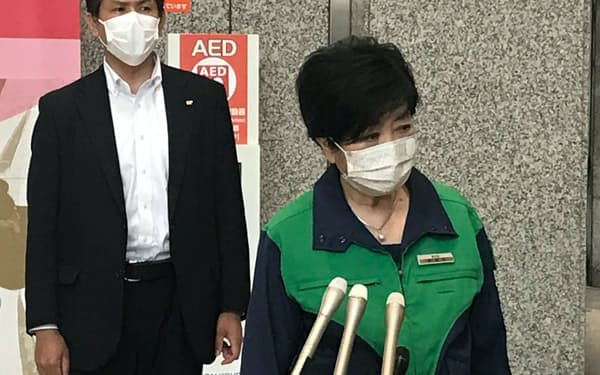 報道陣の取材に応じる小池知事(8日、東京都庁)