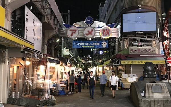 上野駅近くの「アメ横」では午後8時以降も多くの店が営業している(7日、東京都台東区)