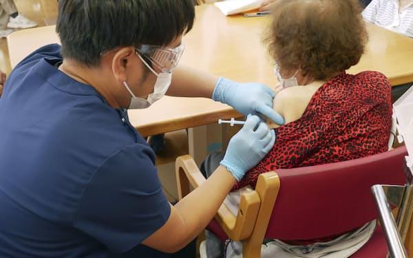 高齢者向けのワクチン接種が進んでいる(6月21日)=共同