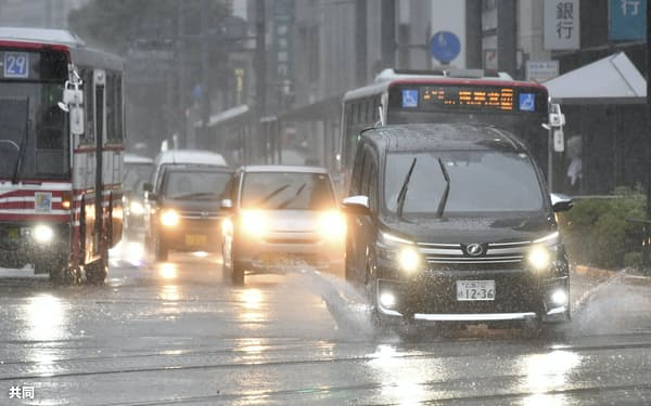 大雨の影響で水がたまった広島市中心部の道路(8日午前)=共同