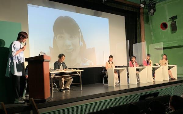 アイドルが持ち寄った短歌を鑑賞した。スクリーンに映るのはオンライン参加した俵万智(7月6日、東京都豊島区)