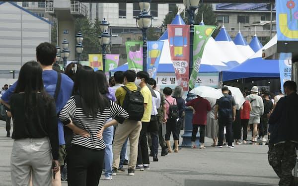 ソウル市内のコロナ検査所には長蛇の列ができた(8日)=共同