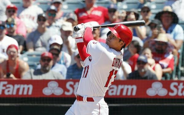 レッドソックス戦の5回、32号本塁打を放つ米大リーグ、エンゼルスの大谷翔平。日本選手のシーズン最多本塁打記録を更新した(7日、アナハイム)=共同