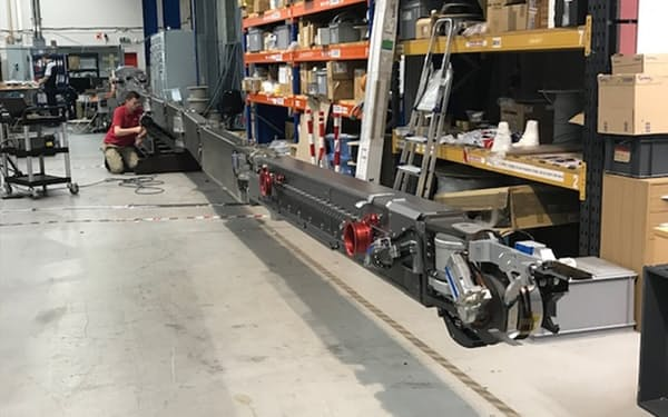 長さ22メートルのロボットアームで溶融燃料取り出しを試みる=IRID・三菱重工提供
